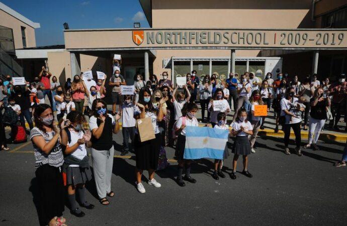 """""""¡Abran los colegios!"""", el pedido de alumnos y padres durante los abrazos simbólicos en el conurbano"""