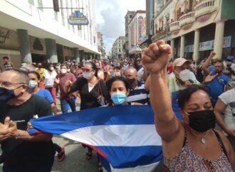 Miles de cubanos toman las calles