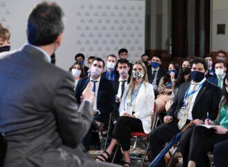 Massa escuchó en el Congreso a más de 90 jóvenes estudiantes y profesionales de todo el país